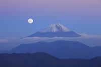 静岡県 伝付峠 夕暮れの富士山と満月