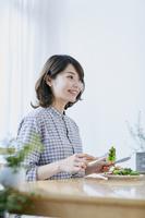 サラダを食べる日本人女性