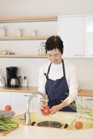 調理しているシニアの日本人女性