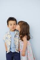 男の子の頬にキスをする女の子
