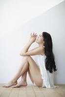 見上げる日本人女性