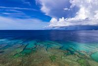 沖縄県 残波岬 入道雲と珊瑚礁の海