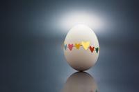 ハートのシールで補修した卵
