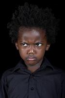 不機嫌な顔の子ども