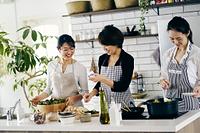 料理をする40代日本人女性3人