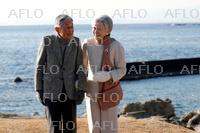 両陛下、葉山御用邸近くの海岸を散策