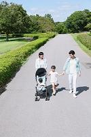 公園で散歩する日本人家族