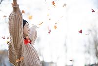 目をつぶり手を広げる日本人女性