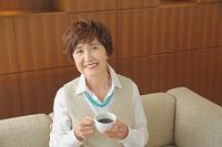 くつろぐ日本人のシニア女性