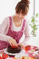 ケーキ作りをする若い女性