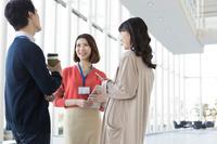 会話する日本人ビジネスウーマン