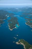 若松島と新上五島の間の海峡より若松大橋方面(五島列島)