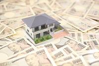 家の模型と一万円札
