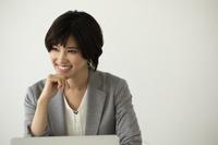 デスクワークをする日本人ビジネスウーマン