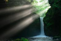 長野県 軽井沢町 光芒が差し込む竜返しの滝