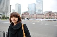 東京駅と日本人女性