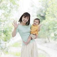 子供を抱く母親