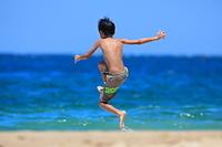 海水浴をする子供
