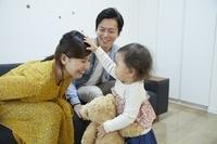 母親の頭を撫でる日本人の赤ちゃん