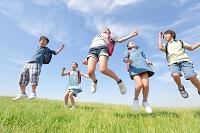 ジャンプしている日本人の小学生