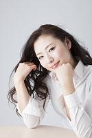 頬杖をついている日本人女性