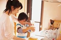 ケーキを作るお母さんと息子