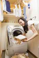 洗濯をする日本人女性