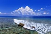 沖縄県 東崎よりエメラルドグリーンの海と入道雲 与那国島