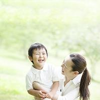 寄り添って笑う日本人親子