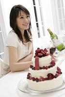 デコレーションケーキと女性