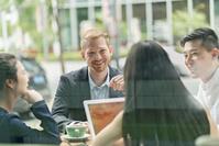 カフェでミーティングするビジネスグループ