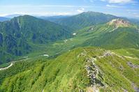 長野県 独標から乗鞍岳(中央奥)と焼岳(右)