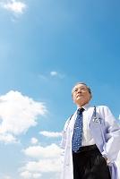 空を見上げる男性医師