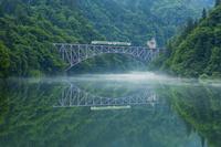 福島県 朝靄の只見川と只見線