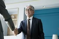 握手をする中高年日本人ビジネスマン