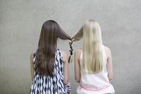 髪がつながる女の子
