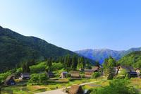 富山県 朝の五箇山相倉合掌造り集落と人形山