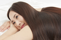 エステベッドに横になる日本人女性