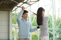 女性にゴルフを教える男性