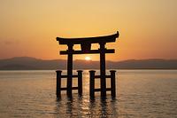 白髭神社の鳥居と日の出