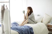 ベッドの上でくつろぐ女性