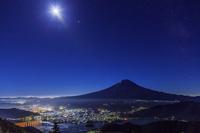 山梨県 新道峠より満月と富士山