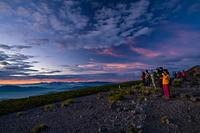 大黒岳から御来光を見る人たち