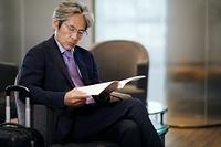 ロビーで本を読む日本人エグゼクティブ
