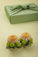 若草色の風呂敷包とスプレー菊