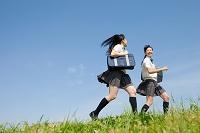 芝生を走る女子高校生