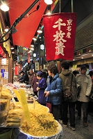 京都府 錦市場と買い物客