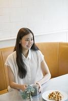 カフェにいる20代女性
