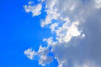 雲の隙間から漏れる太陽光