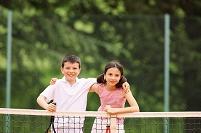 テニスコートにいる子供